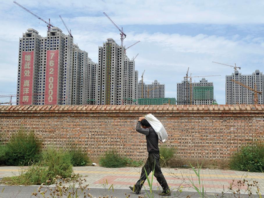 最新官方數據顯示中國房價整體延續築頂回落之勢,5月新建住宅售價指數按年漲幅繼續收窄,按月漲幅持平。