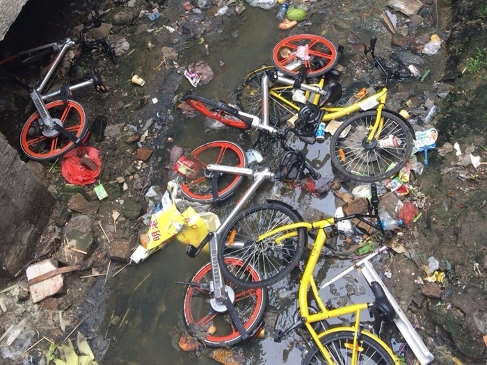 共享單車被缺德使用者丟水溝。有輿論曾直指,共享單車是對內地公民質素的一次「考驗」。