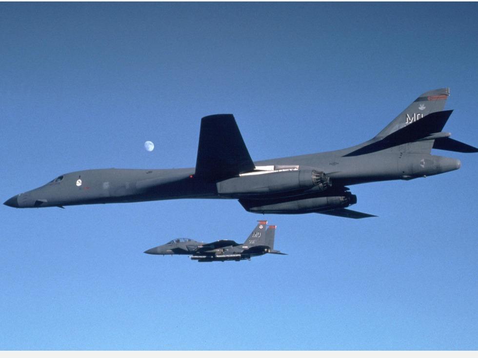 美國兩架B-1B戰略轟炸機進入南海,挑戰中國的領土主張的意味強烈。