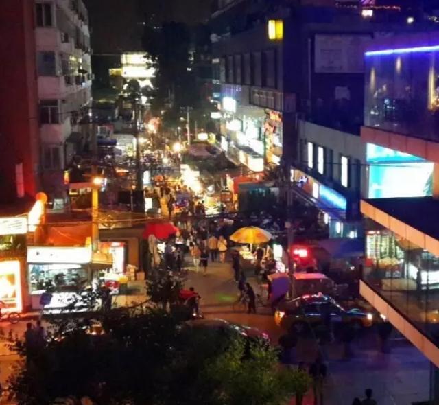 往日的髒街燈火繁盛,低消費兼新奇,吸引不少年輕人流連。