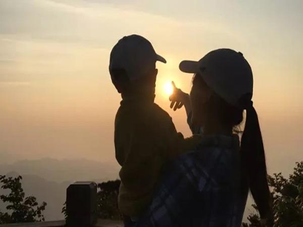 今年28歲的南京媽媽王蘋,已經帶女兒皮皮爬過中國很多座山。(揚子晚報紫牛新聞圖片)
