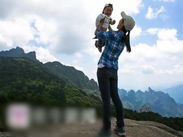 王蘋帶孩子爬山,引來不少質疑與反對聲音,主要擔心小朋友的安全。(揚子晚報紫牛新聞圖片)