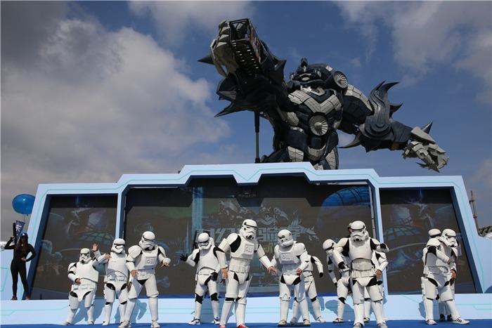 樂園活動中,有表演者扮成類似星戰的「白兵」。