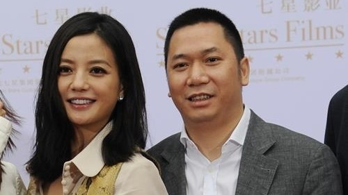 內地女星趙薇與富商丈夫黃有龍,因以空殼公司收購上市企業「萬家文化」,早前遭中證監處罰。