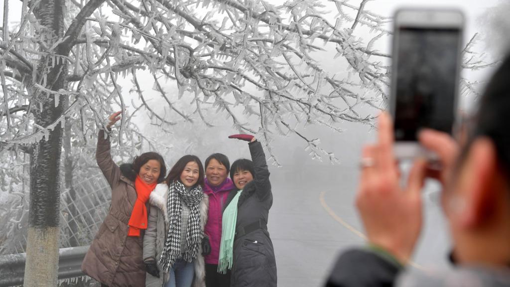 江西南昌梅嶺近日迎來霧凇景觀。
