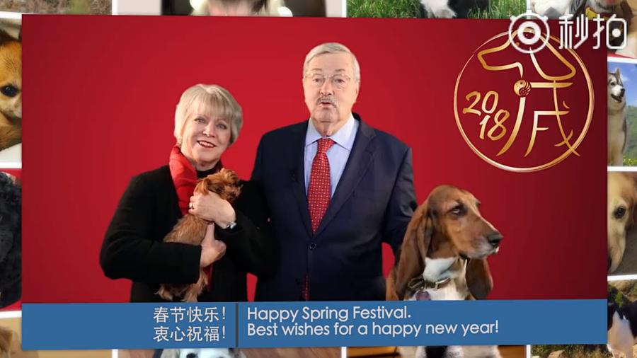 美國駐華大使布蘭斯塔德(Terry Branstad)伉儷錄製的影片,用中文恭賀中國人春節快樂。