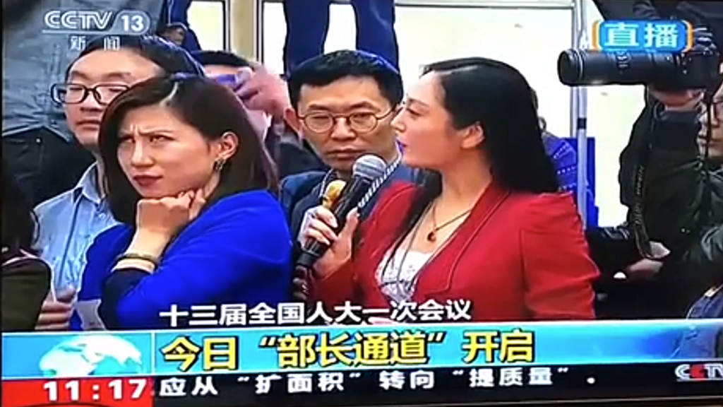 互聯網瘋傳影片,一名參與兩會採訪的女記者在部長通道提問時,傍邊的另一女記露出輕蔑的表情,更翻了個白眼,全程被鏡頭記錄下來。