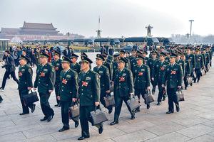 國務院宣布組建退役軍人事務部,顯示當局重視軍人權益。圖為解放軍和武警部隊代表團步入會場。(中新社圖片)