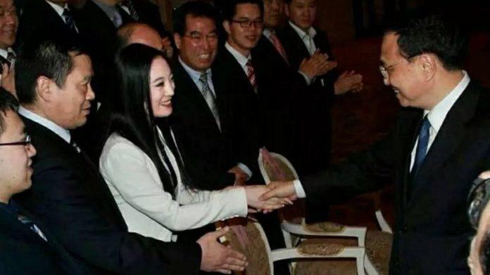 張慧君與李克強握手。