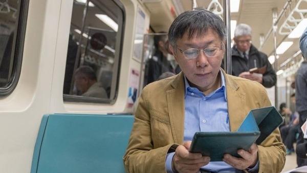 台北市長柯文哲昨於 facebook 發文解釋,定期票是為了鼓勵市民多乘搭公共交通,解決道路擠塞等問題。