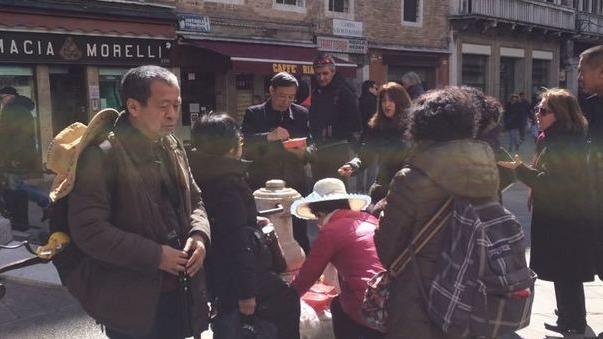 有中國遊客竟在威尼斯的著名景點前「野餐」,用餐後還用廣場上的噴泉清洗餐具,令當地居民感到無奈。