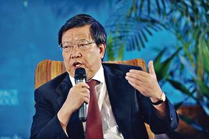 前中國入世首席談判代表龍永圖主張,不要用太戲劇性的中美貿易戰,而稱之為政策行動更合適。(資料圖片)