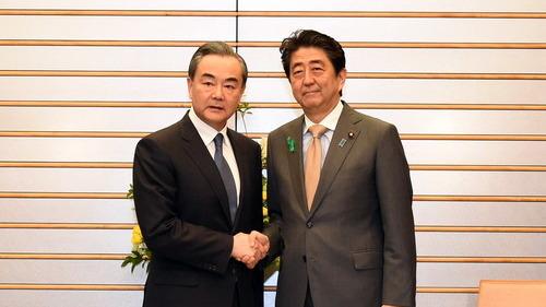 王毅與安倍晉三會面。圖片來源:中國外交部。