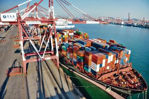 中美貿易戰成影響內地未來經濟增長的最大不確定因素。圖為青島貨櫃碼頭。(新華社資料圖片)