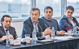 阿根廷陷入經濟困局,總統馬克里(左二)稱已要求IMF提早發放貸款,希望消除所有不確定因素。然而市場未投下信心一票,披索昨再跌至新低。(路透社資料圖片)