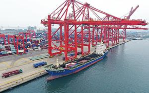 內地8月出口按年增長9.8%,低於市場預期的10%。圖為河北唐山港。(新華社資料圖片)