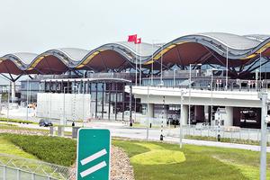 旅檢大樓天幕以波浪型設計,主體支柱呈樹形結構,以增空間感。(張永康攝)