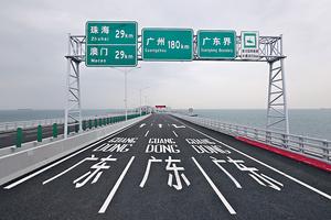 港珠澳大橋實施三地三檢,旅檢大樓內設62個傳統櫃枱、45條e道,以及52個車輛檢查亭供旅客出入境。(張永康攝)