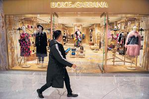 意大利品牌DG辱華風波發酵,其產品在內地電商平台遭全面下架。圖為DG位於北京的專賣店。(法新社圖片)