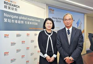 貿發局研究總監關家明(右)稱,對香港明年出口表現審慎樂觀。旁為貿發局大中華區助理首席經濟師曾詩韻。(陳靜儀攝)