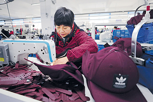 中國進出口25個月來首次同時負增長,上月分別下降7.6%及4.4%,官方預告今年外貿增速或有所放緩。圖為江蘇連雲港一間製衣出口廠。(法新社圖片)