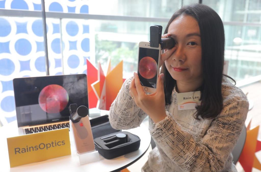 RainsOptics Limited研發的眼底檢查儀器OphthoLens,只要將它套在智能手機的鏡頭上,便可為病人眼底拍照。(貿發局提供圖片)