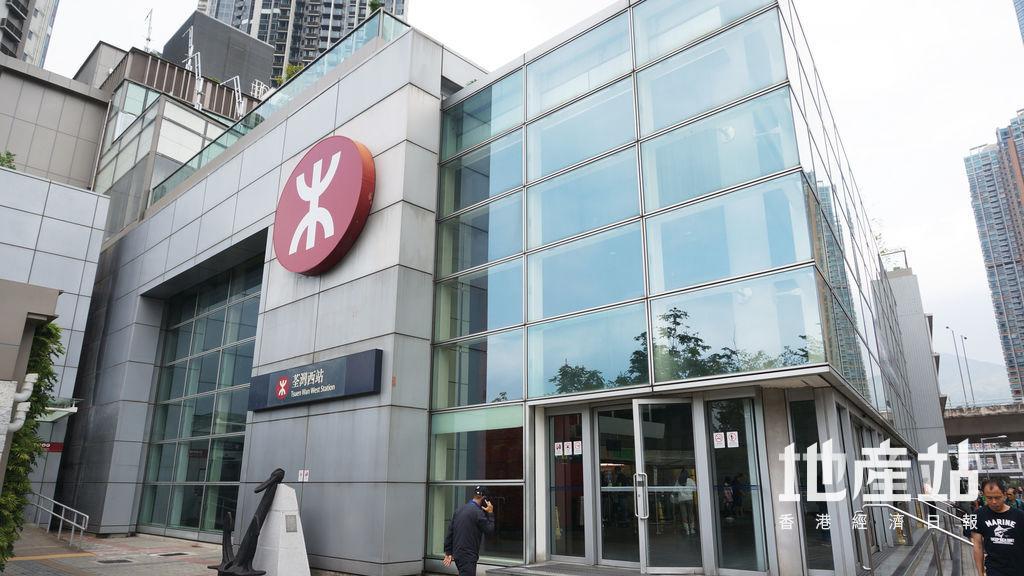 由項目步行約5至10分鐘時間可到達港鐵荃灣西站,日後亦可透過天橋網絡步行至車站。
