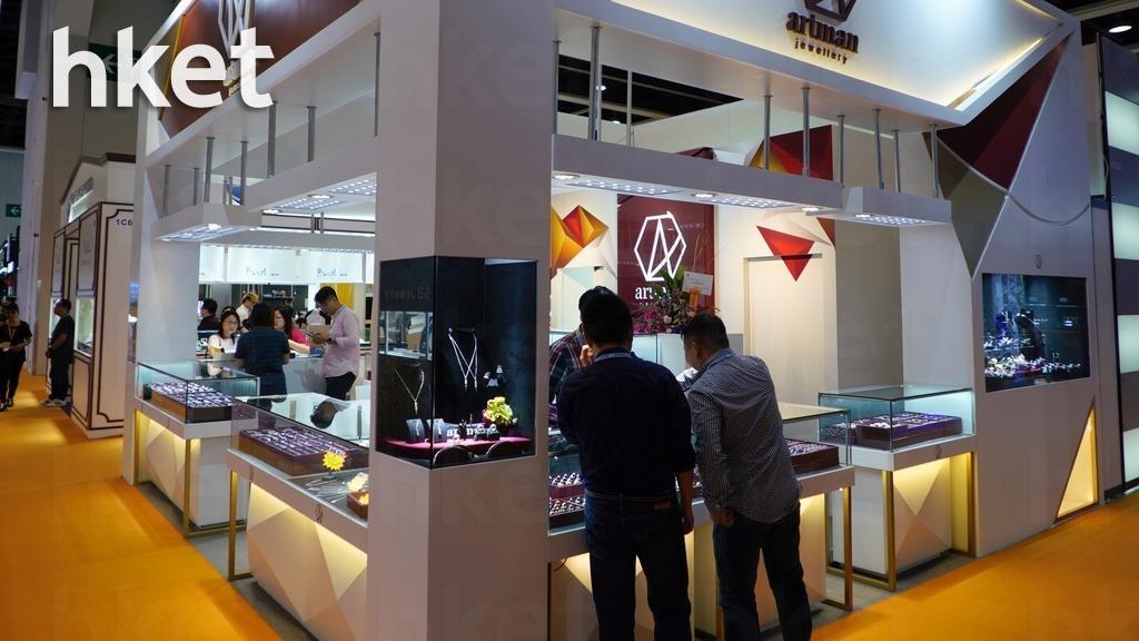 六月香港珠寶首飾展覽會的展商均概嘆今年人流淡靜,甚至有指較去年大減約30%。(林宇翔攝)
