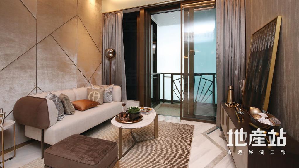 客廳放置了淺灰色梳化及雲石圓形茶几,並外連39平方呎露台。