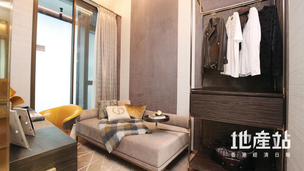 睡房改裝成休息室,擺放了梳化床及書桌,並有大櫃儲物。