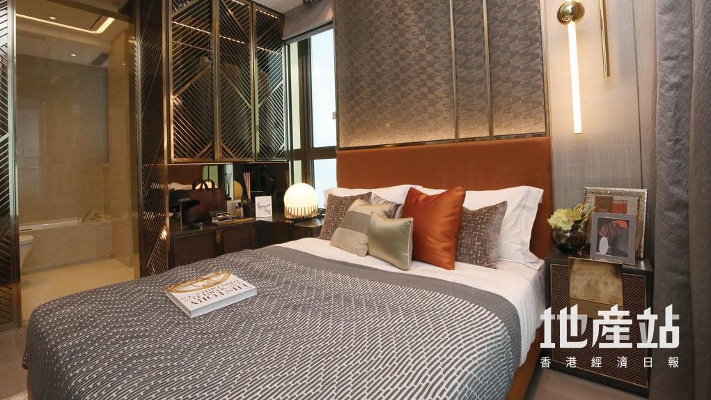 主人套房空間寬大,雙人大床旁有曲尺地櫃,可供住戶擺放私人物件,上亦有衣櫃擺放衣服。