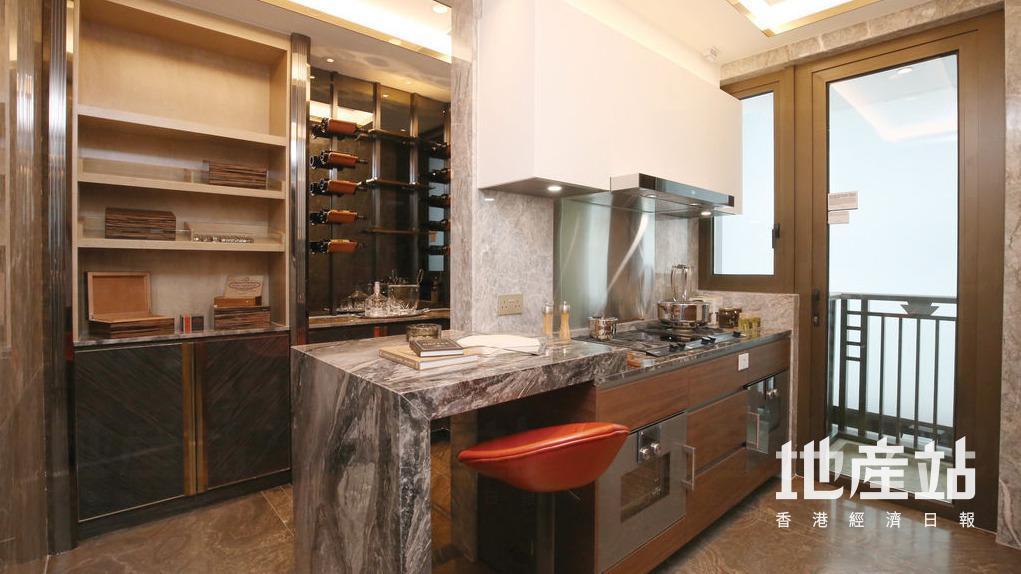 設計師把多用途室連廁改裝成紅酒吧枱,住戶可小酌放鬆。