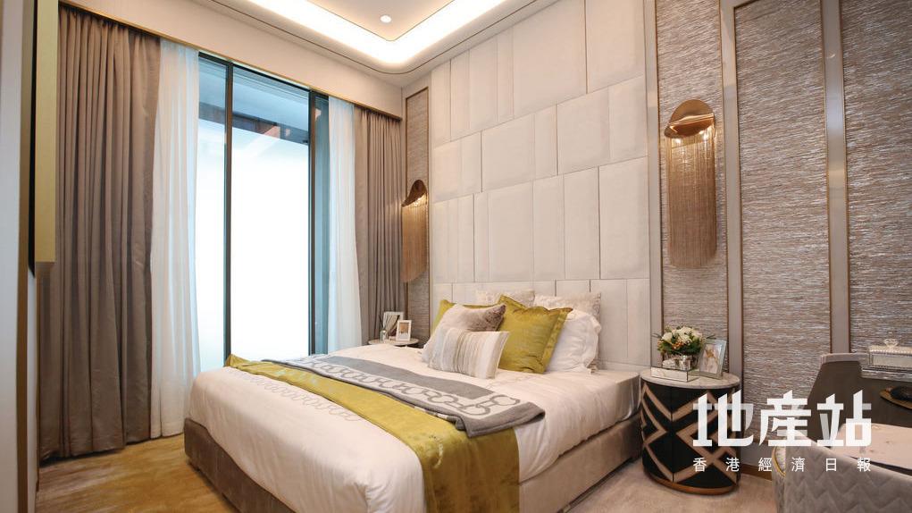 主人套房空間寬闊,旁邊有不規則大鏡及梳妝枱。
