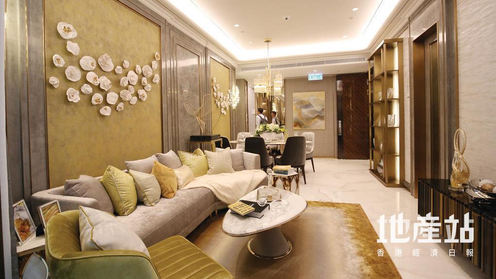 客廳放置了灰色梳化及雲石茶几,後亦有特色牆身。
