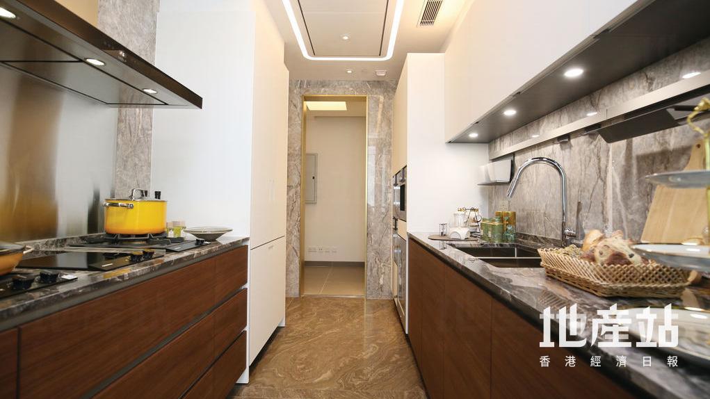 廚房以黑白色為主調,黑色工作枱面配以白色廚櫃,爐具俱全