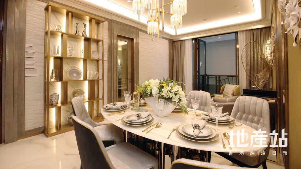飯廳擺放了圓形雲石餐桌及灰色椅子,感覺高雅。