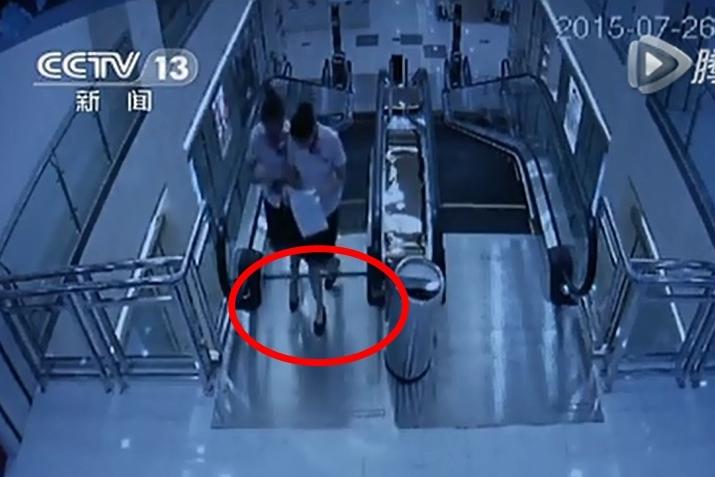 商場兩職員早已發現電梯踏板有問題(紅圈示),但沒關停。
